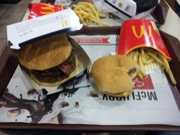 fotografía de un combo de hamburguesa de McDonald´s