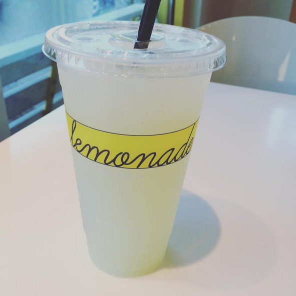 vaso desechable de limonada