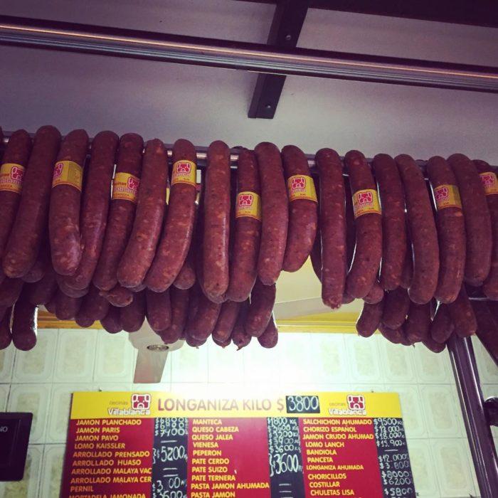 imagen de chorizos colgados en una carnicería