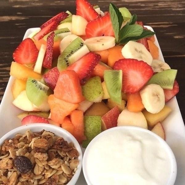 plato de yogurt con fruta y granola