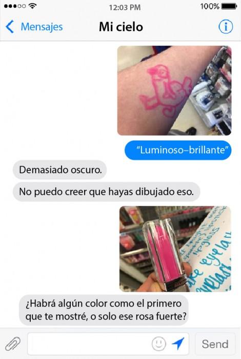 conversación de un chico mostrando los colores de un labial rosa brillante