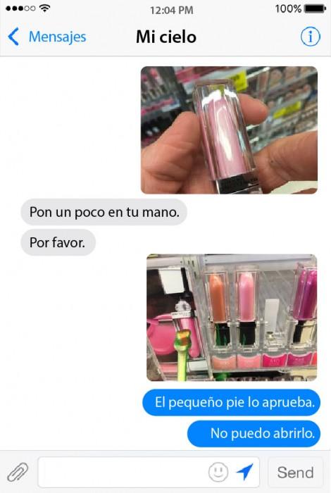 conversación de un chico con su novia mostrando los colores de un lipstick