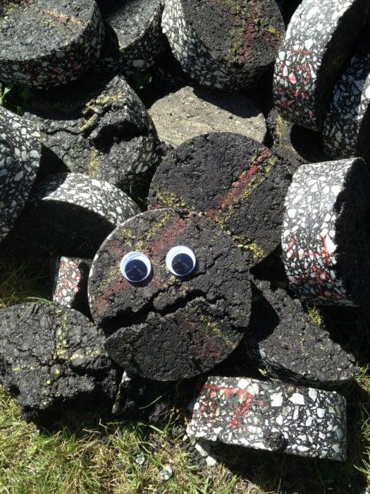 una piedra con ojos de plástico