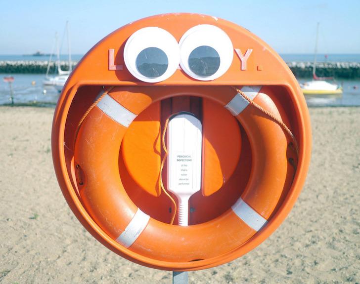 señalamiento en una playa con ojos de plástico