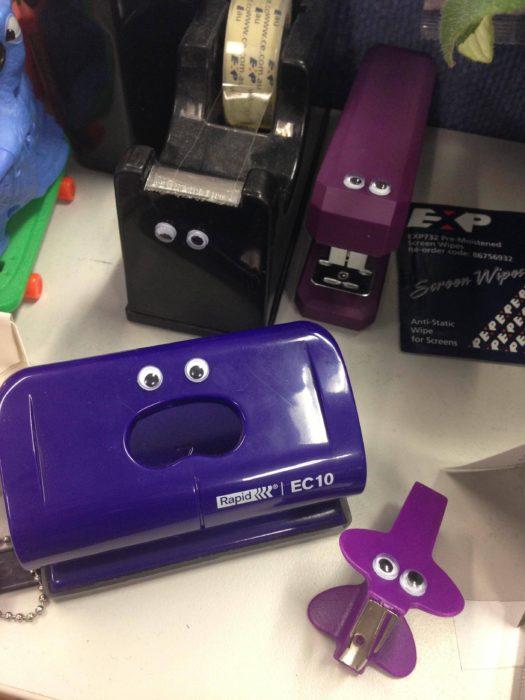 grapadoras y artículos de oficina con divertidos ojos de plástico