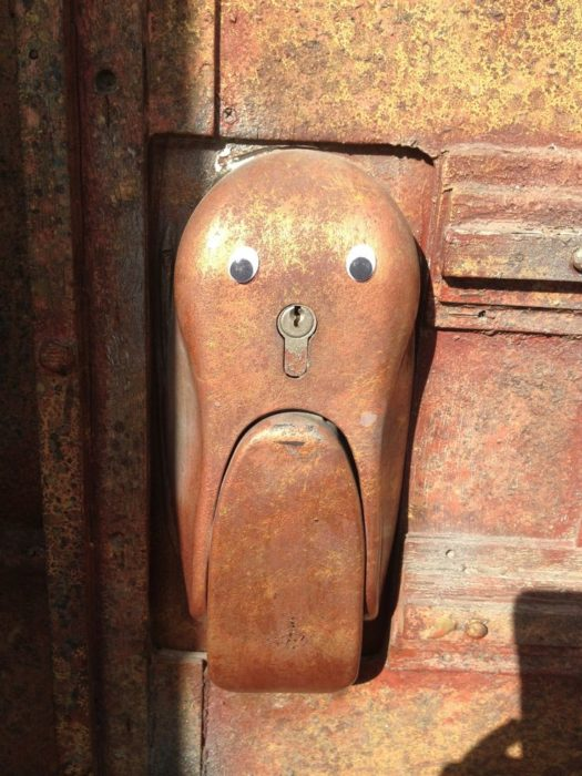 chapa de una puerta con ojos de plástico