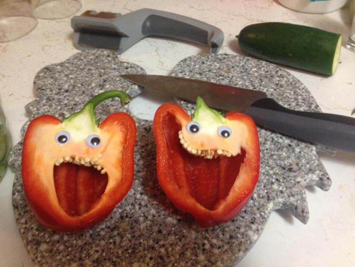 pimientos rojos con ojos de plástico