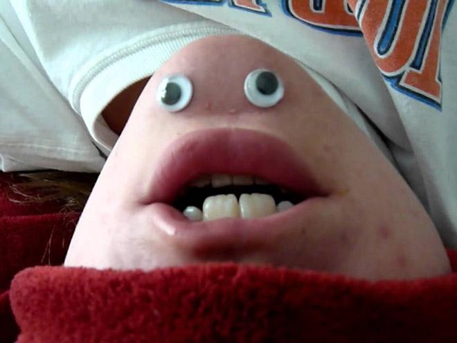 barbilla de una persona con ojos de plástico