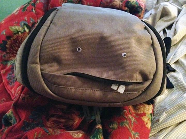 mochila con dos ojos de plástico