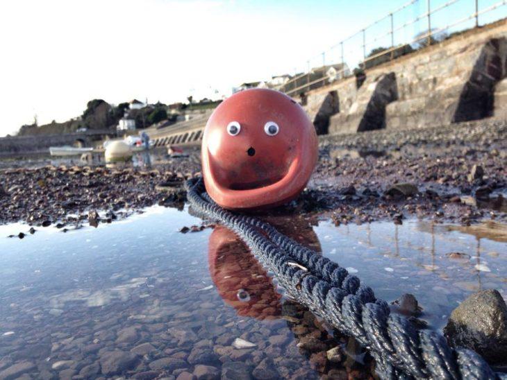 pelota de plástico en el suelo con ojos de plástico