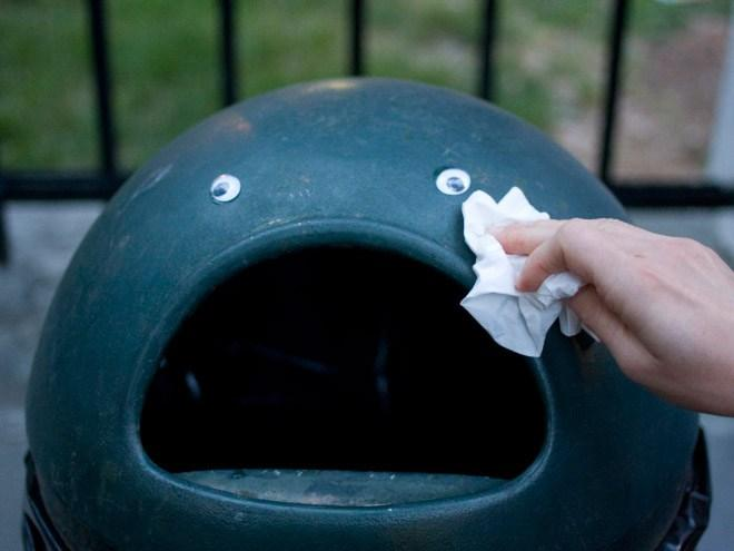parte superior de un bote de basura con dos ojos de plástico
