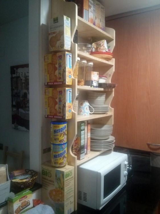 cosas de la despensa perfectamente ordenadas en un mueble de microondas