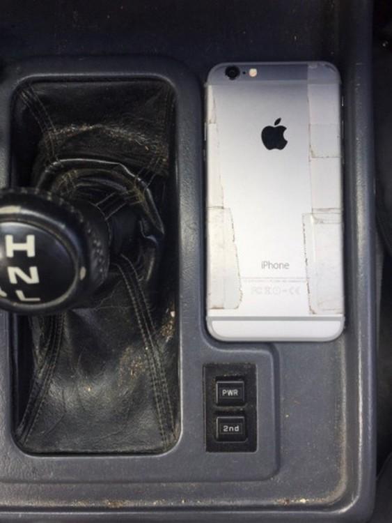 iPhone perfectamente acomodado a un costado de la palanca de velocidades