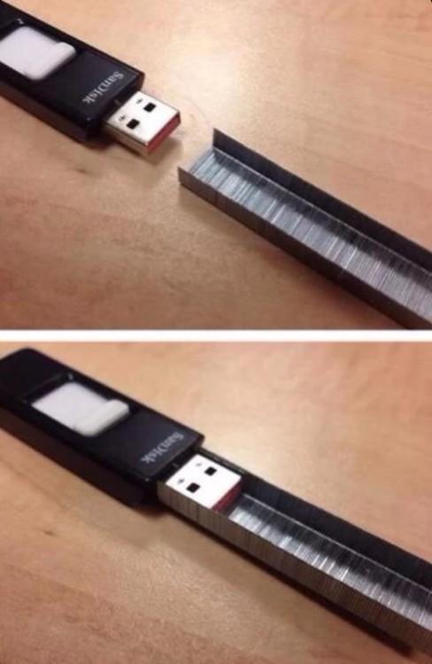 punta de una memoria USB dentro de una grapa