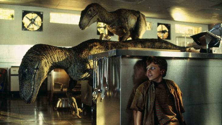 escena con velociraptors en la película Jurassic Park