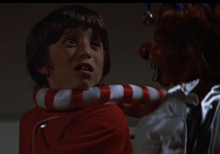 escena de la película Poltergeist donde el payaso robot asfixia a un niño