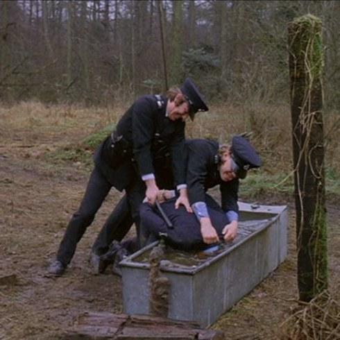 Escena alex es sumergido en el agua en la película La Naranja Mecánica
