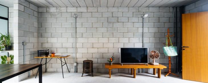 muebles y decoración de la casa que ganó el premio internacional de arquitectura