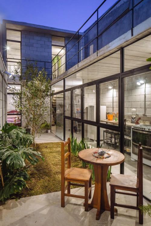 jardín de la casa ganadora al premio internacional a la arquitectura 2016