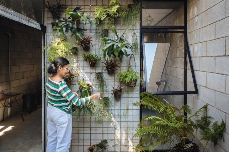 brasileña Dalvina Borges Ramos en su jardín