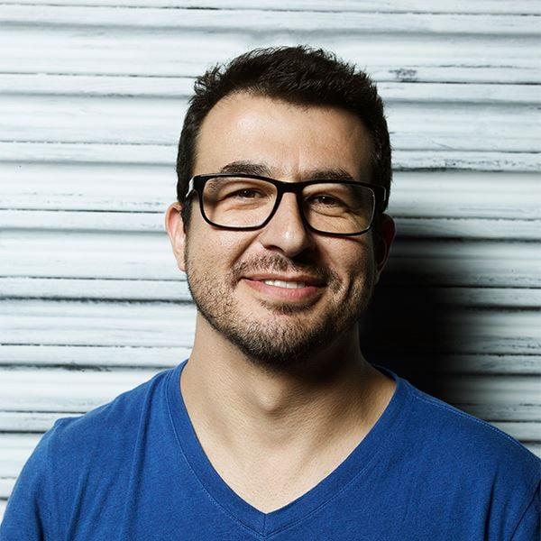 Fotógrafo Marcos Alberti con camisa azul y lentes