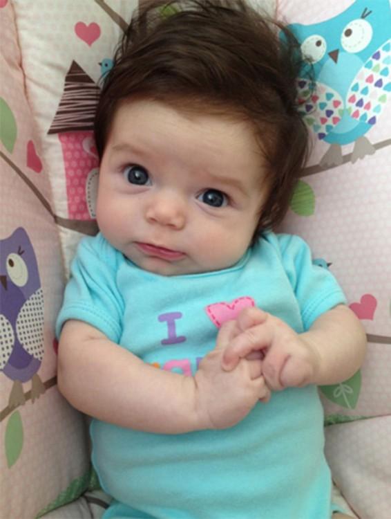 foto de una bebé acostada sobre una cuna