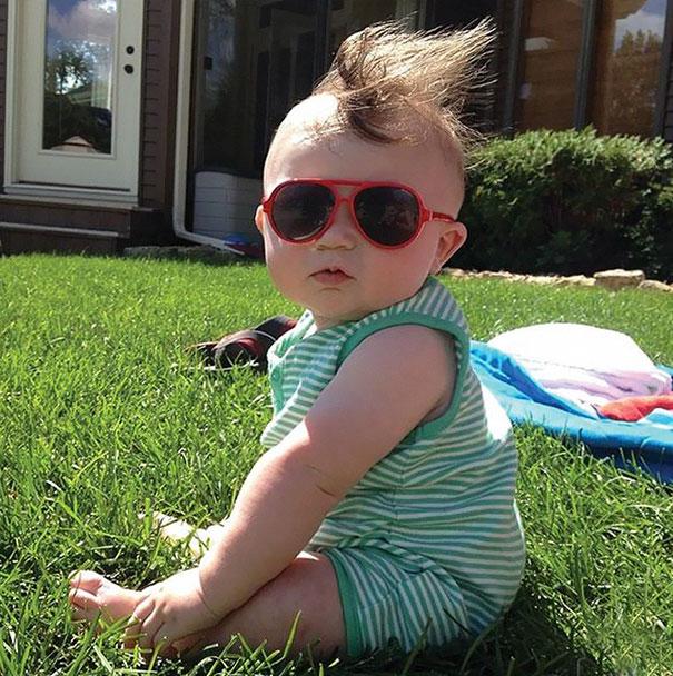 fotografía de un bebe sentado en el jardín