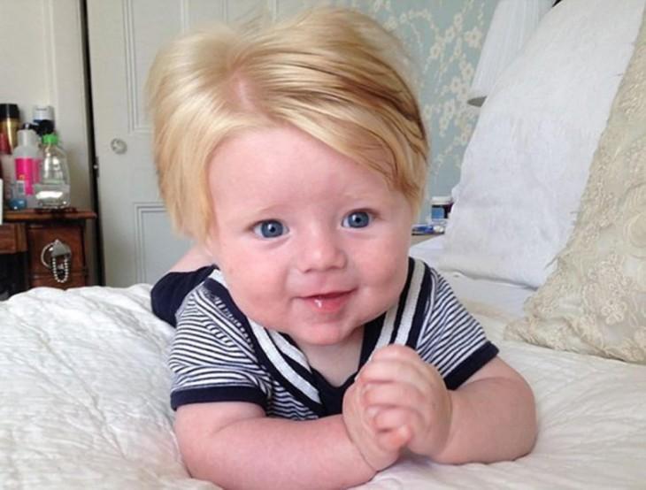 foto de un bebé acostado boca abajo en una cama