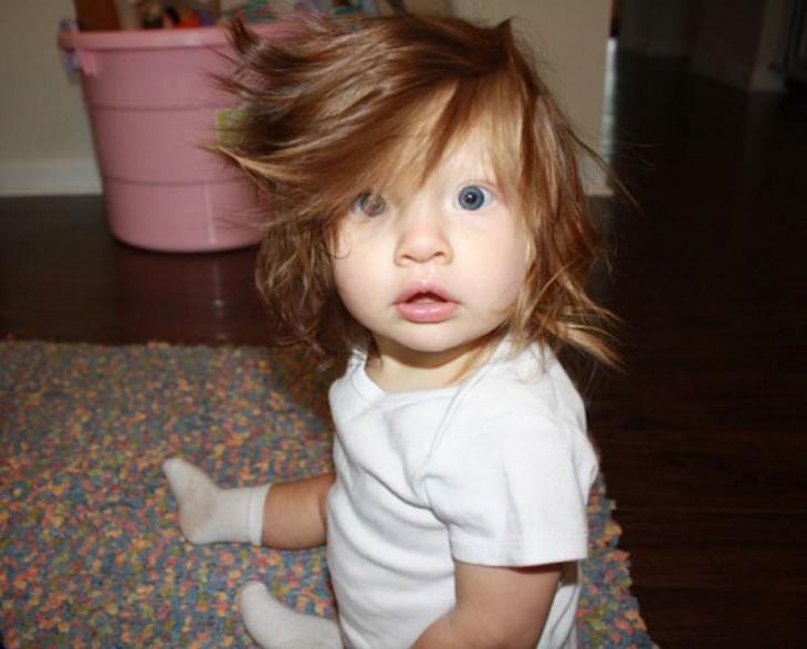 foto de un bebé de 10 meses con mucho pelo