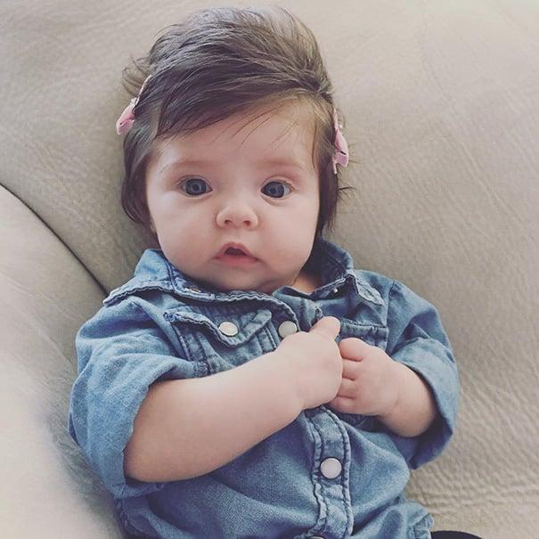 foto de una niña vestida de mezclilla con dos broches en su cabello