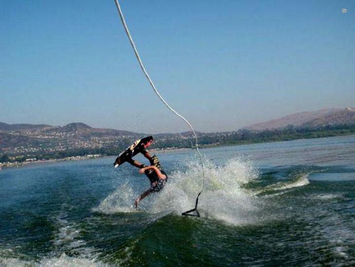 imagen justo cuando un chico cae al agua