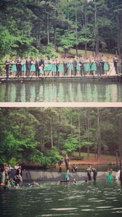 fotografía de los invitados de una boda en donde se caen al agua