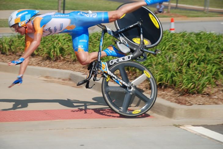 imagen de un ciclista a punto de caer al suelo