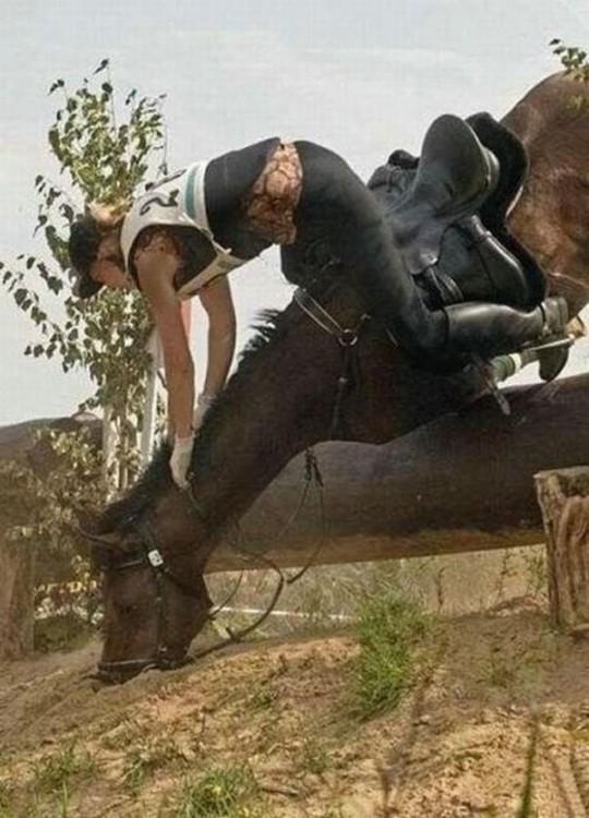 imagen de una mujer cayéndose con su caballo