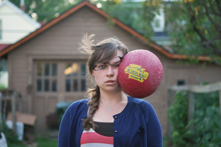 fotografía de una chica a punto de ser golpeada por una pelota en la cara