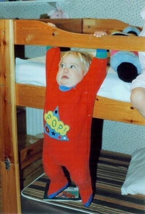 foto de un niño a punto de caerse de una cama