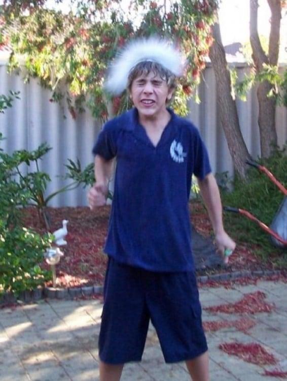 fotografía de un niño en la que le cae agua sobre la cabeza