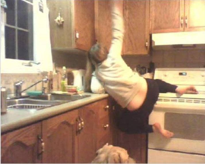 fotografía de una mujer justo en el momento en el que se cae