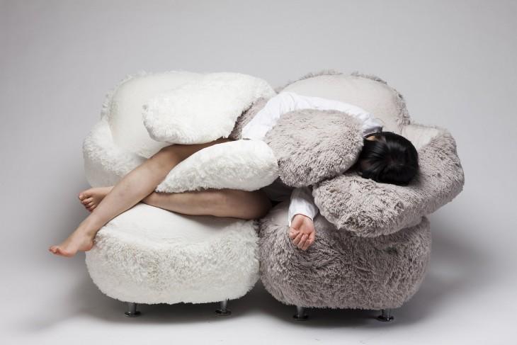chica acostada sobre dos sofás Free Hug