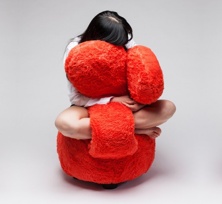 chica abrazando un sofá Free Hug