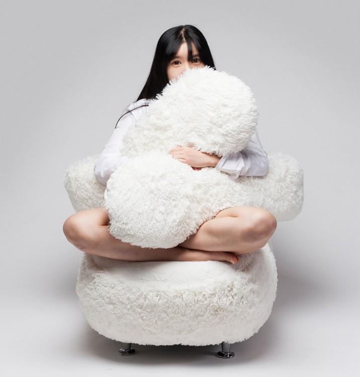 chica usando el Free Hug, el sofá que te abraza