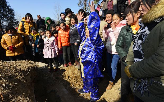 Zhang Deyang es un hombre de 66 años de Shandong, China que recientemente fingió su muerte