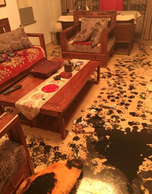 departamento sucio y lleno con tinta china negra en el suelo