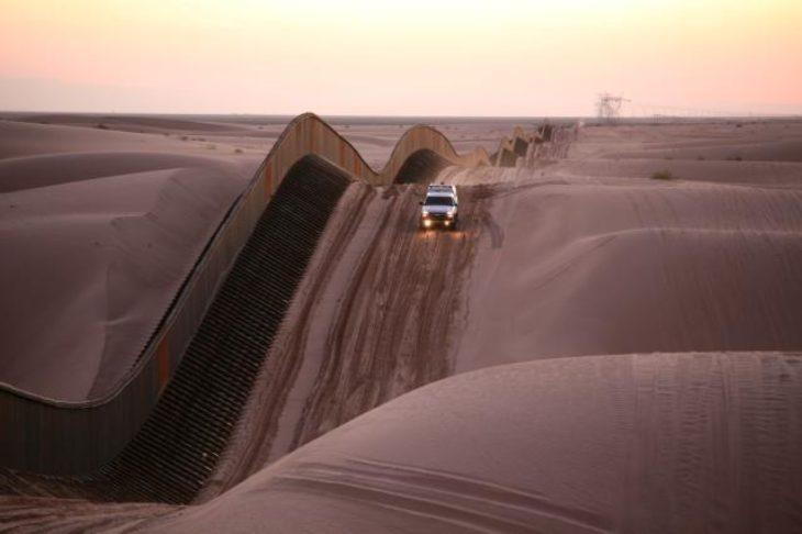 Frontera de Mexicali México con California.