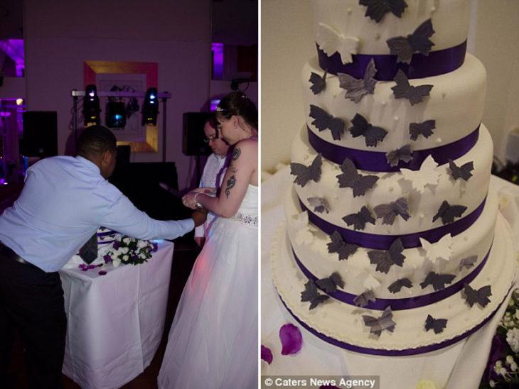 fotografías de una pareja el día de su boda partiendo el pastel