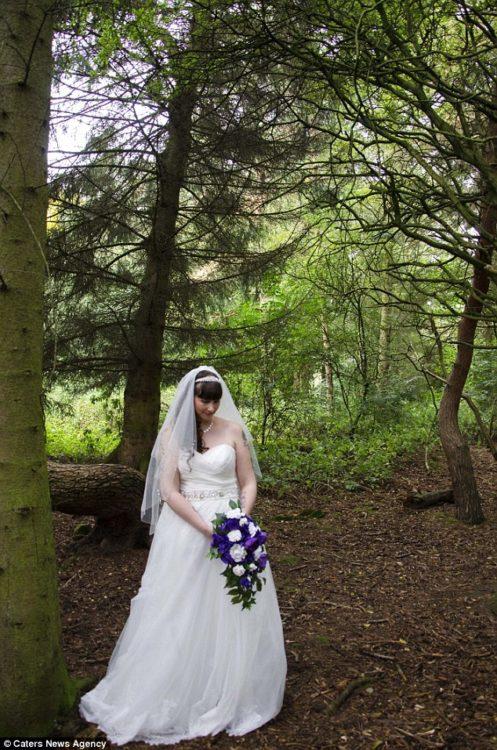 fotografía de una mujer el día de su boda en el bosque