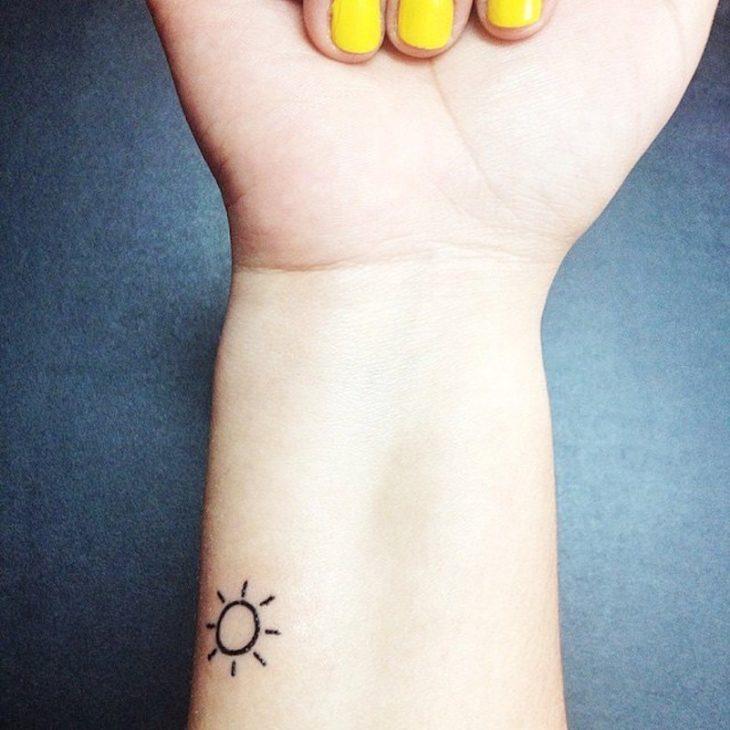 tatuaje de sol pequeño