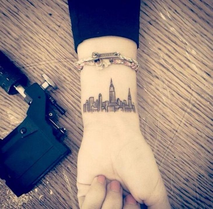 tatuaje de la ciudad en la mano