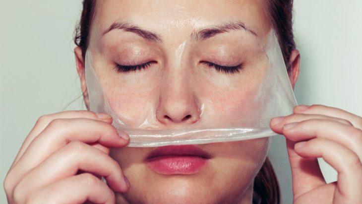 imagen de una mujer retirando una mascarilla de su rostro