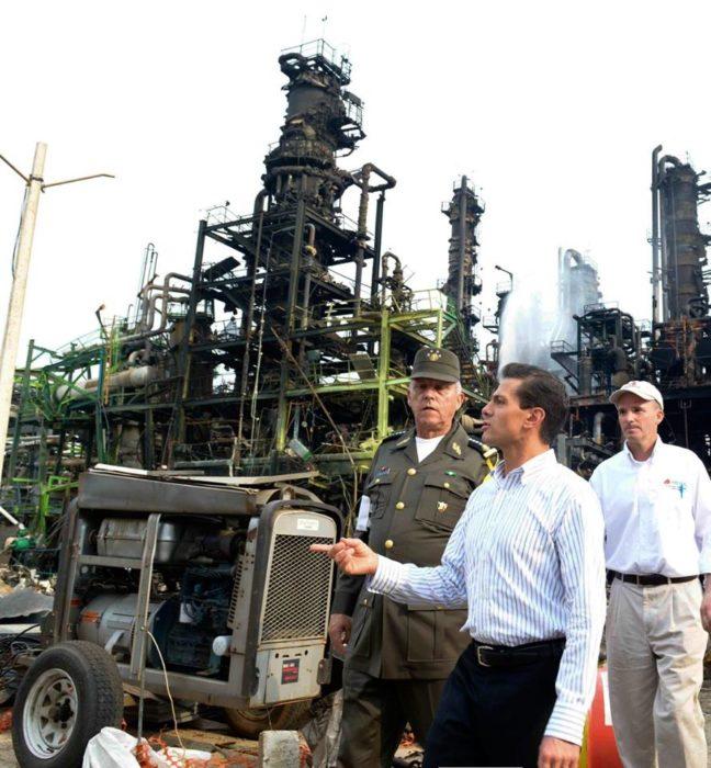 Fotografía del presidente de México Enrique Peña Nieto en su visita a la zona afectada en Veracruz